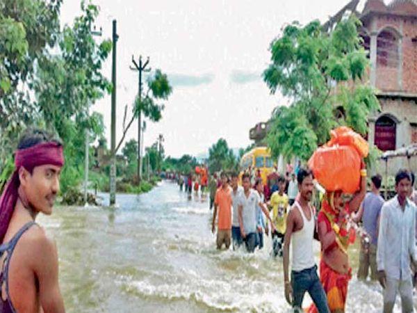 बिहारच्या सीतामढी शहरात पुराचे पाणी शिरल्याने लोकांना सुरक्षित स्थळी हलवण्यात आले. - Divya Marathi