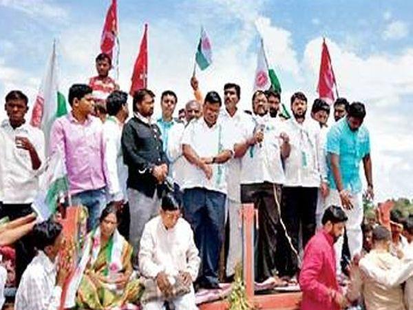 खामगाव मार्गावरील टेंभुर्णा फाट्यावर रास्ता रोको आंदोलना दरम्यान शेतकऱ्यांना मार्गदर्शन करताना खासदार राजू शेट्टी. - Divya Marathi