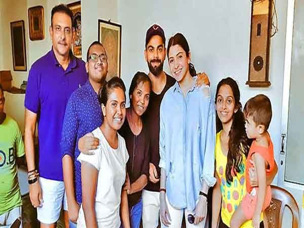 टीम इंडियाचे हेडकोच रवी शास्त्री, विराट कोहली, अनुष्का शर्मा आणि श्रीलंकन फॅन्स... - Divya Marathi