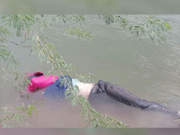 नगर-आैरंगाबाद रोडवर घोडगावात असलेल्या मुळा कालव्यात हा मृतदेह सापडला. - Divya Marathi