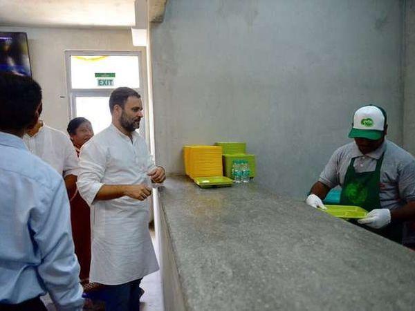 इंदिरा कँटिनमधील जेवणाचा राहुल गांधींनी आस्वाद घेतला. - Divya Marathi