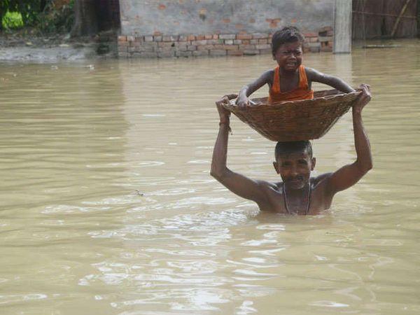 पुरामुळे जनजीवन विस्कळीत झाले आहे. आपले सर्वकाही सोडून लोक मुलाबाळांसह सुरक्षित स्थळाच्या शोधात निघाले आहेत. - Divya Marathi