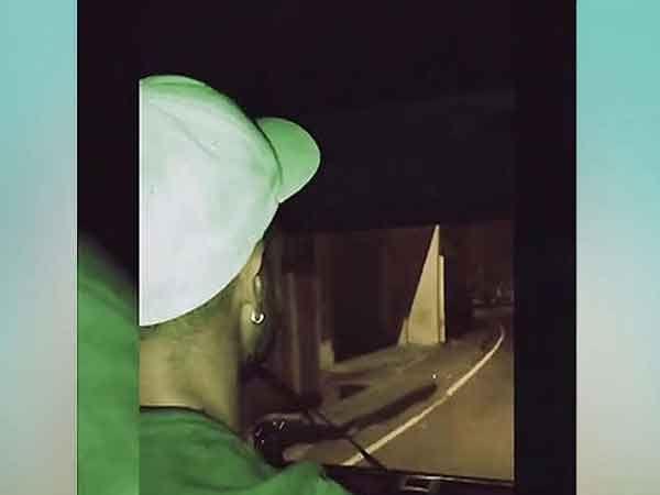 श्रीलंकेतील दाम्बुला शहरात रात्रीच्या वेळी ऑटो राईड मारताना शिखर धवन... - Divya Marathi