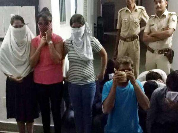 देवदर्शनासाठी आलेल्या तरुणांना एका फार्म हाऊसवर तीन मुलींसह रेव्ह पार्टी करताना पकडण्यात आले आहे. - Divya Marathi