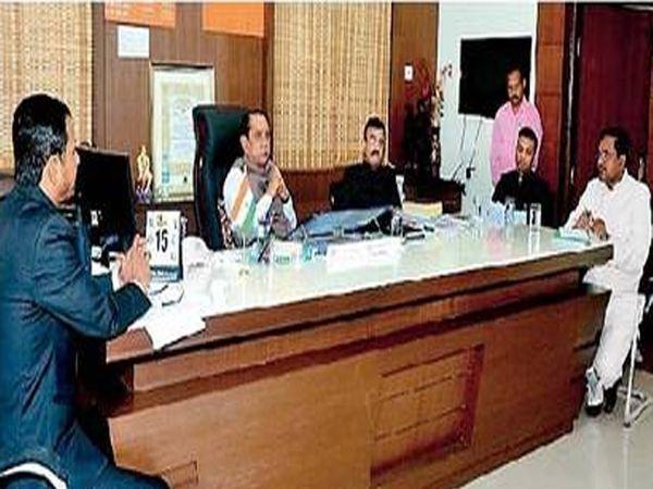 बुलडाणा जिल्हाधिकारी कार्यालयात आयोजित बैठकीला मार्गदर्शन करताना पालकमंत्री भाऊसाहेब फुंडकर इतर. - Divya Marathi