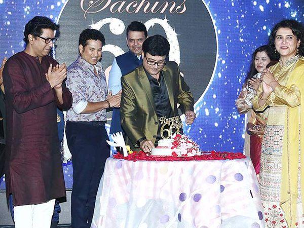 सचिन पिळगांवकर केक कापताना... त्यांच्यासोबत राज ठाकरे, सचिन तेंडुलकर, मुख्यमंत्री देवेंद्र फडणीस, सुप्रिया पिळगांवकर दिसत आहेत. - Divya Marathi