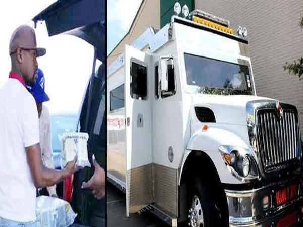 कॅश भरताना मेवेदर आणि त्याचा आर्मर ट्रक.... - Divya Marathi