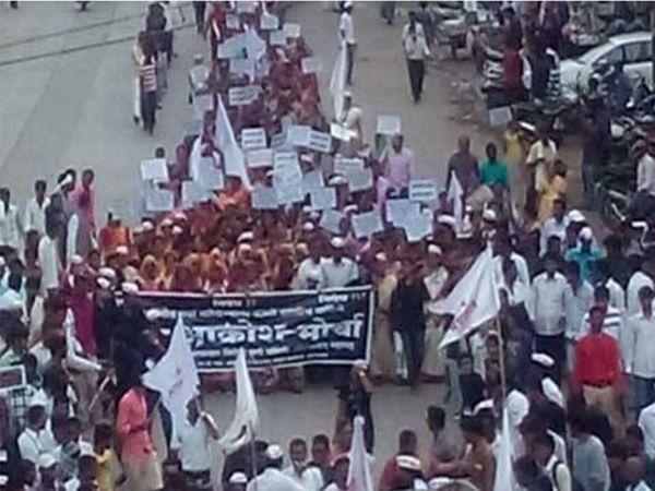 आक्रोश मोर्चात सहभागी झालेले बंजारा समाजाचे नागरिक. - Divya Marathi