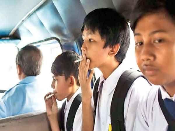 जकार्तात पब्लिक बसमधून जाताना सिगरेट पिताना मुले.... - Divya Marathi
