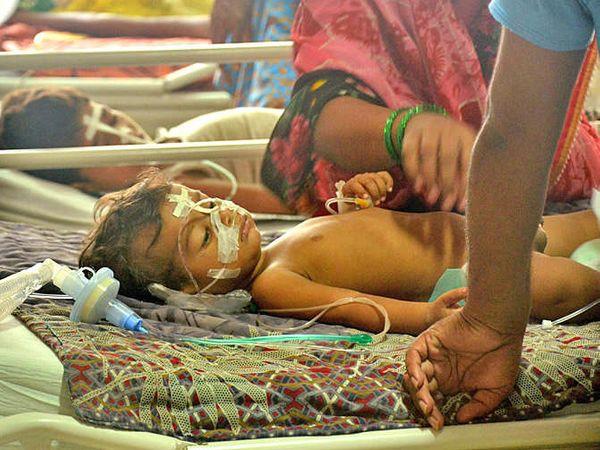 उत्तर प्रदेशमध्ये 30 बालकांसह 60 जणांचा मृत्यू झाल्यानंतर देशभरातून या घटनेबद्दल रोष व्यक्त होऊ लागला होता. - Divya Marathi