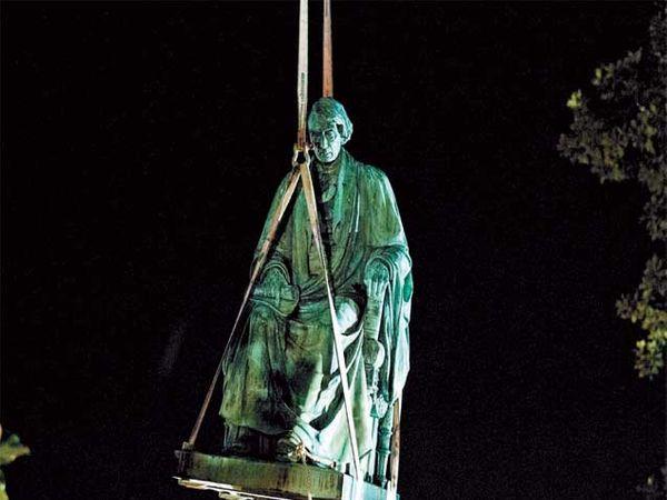 मॅरीलँड गर्व्हनरच्या आदेशानुसार शुक्रवारी सर्वोच्च न्यायालयाचे निवृत्त मुख्य न्यायमूर्ती रोजर बी यांचा पुतळा हटवण्यात आला. हा पुतळा १४५ वर्षे जुना होता. - Divya Marathi