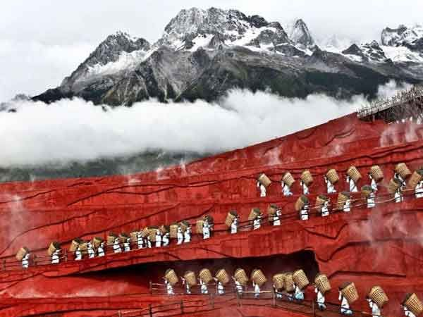 अथेन्सचे फोटोग्राफर दिमित्रा स्टॅसिनोपोपुलु यांनी चीनमधील युन्नान प्रांतातील लिजांग येथे टिपलेला फोटो... - Divya Marathi
