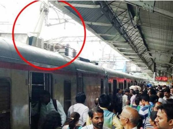 अंबरनाथ स्टेशनवर लोकलचा पेंटाग्राफ तुटल्याने मध्य रेल्वेची वाहतूक ठप्प झाली आहे. - Divya Marathi