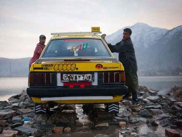 काबुलमध्ये एक कार-वॉशिंगचे काम करताना दोन व्यक्ती.... - Divya Marathi