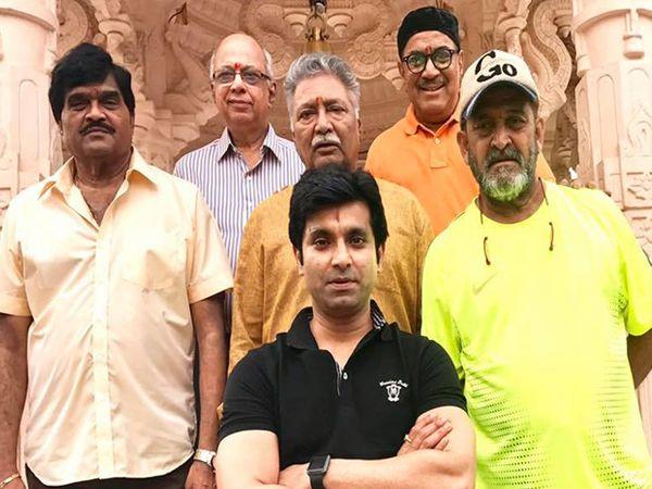 अभिनेता संतोष जुवेकरने मराठीतील दिग्गज अभिनेत्यांसोबतचा हा फोटो त्याच्या फेसबुक पेजवर शेअर केला आहे. - Divya Marathi