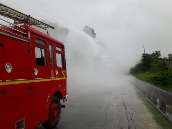घटनास्थळी दाखल झालेली फायर ब्रिगेडची गाडी... - Divya Marathi