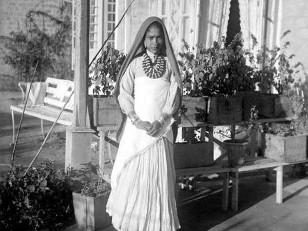 इंग्रजांच्या घराबाहेर थांबलेली कामकरी महिला. - Divya Marathi