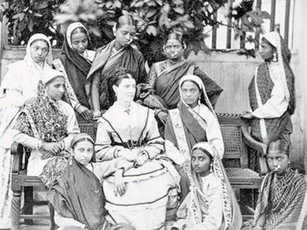 व्हिक्टोरियन एरामधील एका राणीबरोबर बंगाली महिलांचा PHOTO. - Divya Marathi