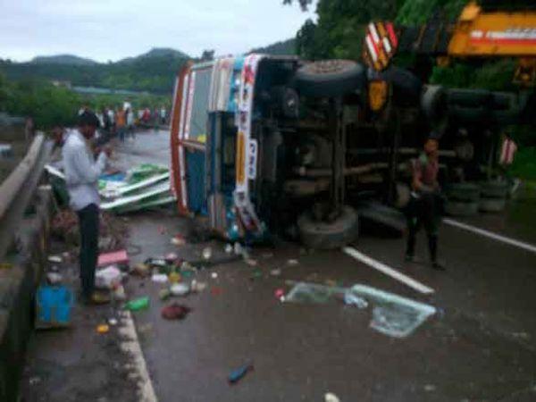 खंडाळा एक्झिटजवळ उलटलेला ट्रक. - Divya Marathi