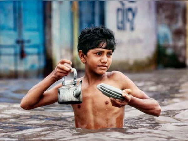 पुद्दुचेरीत पुराच्या पाण्यात चहा विकणारा एक मुलगा.. - Divya Marathi