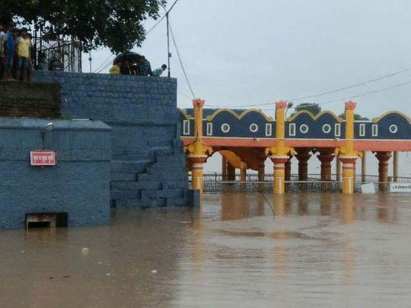 राक्षसभुवन हे बीड जिल्ह्यातील गेवराई तालुक्यात गोदावरी नदीच्या काठी वसलेले गाव आहे. - Divya Marathi