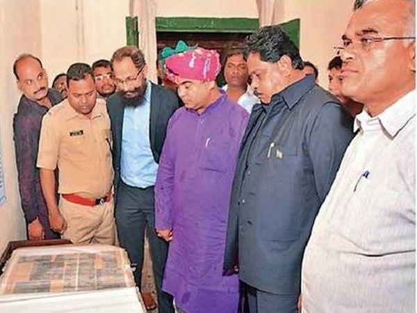 राज्याचे पर्यटनमंत्री जयकुमार रावल यांनी रविवारी भुईकोट किल्ल्यास भेट देऊन पाहणी केली. - Divya Marathi