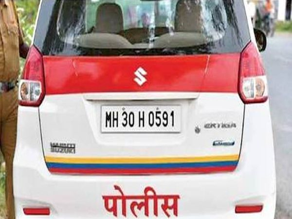 शहरातील पोलिसांच्या पेट्रोलींग करणाऱ्या गाडीवरील लोगो चोरीला गेले यासह अन्य एका कारचाही लोगो लंपास करण्यात आला आहे. - Divya Marathi