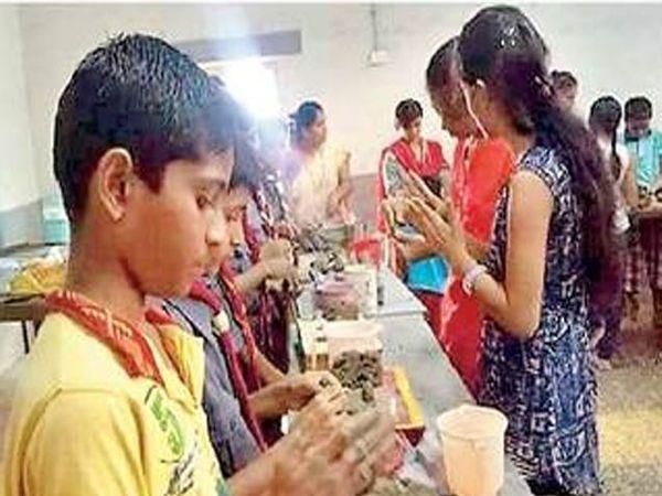 चिमुकल्यांनी मातीचे गणपती तयार करण्याचे प्रशिक्षण घेतले. - Divya Marathi