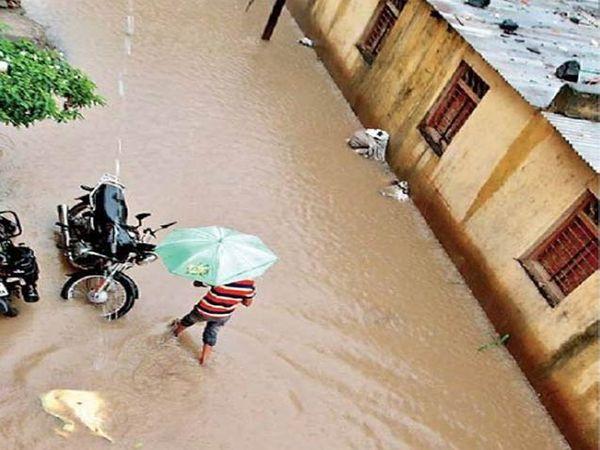 रविवारी दिवसभर झालेल्या जोरदार पावसामुळे गारखेड्यातील हनुमाननगर येथे रस्त्यावर असे पाणी साचले. (संबंधित. डीबी स्टार) छाया : अरुण तळेकर - Divya Marathi