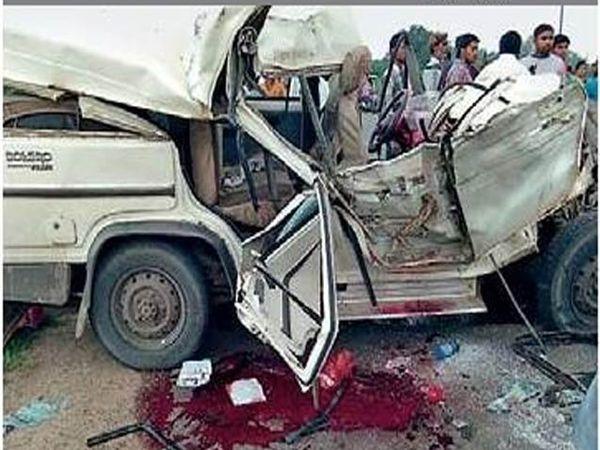 अपघातात चक्काचूर झालेली गाडी. - Divya Marathi