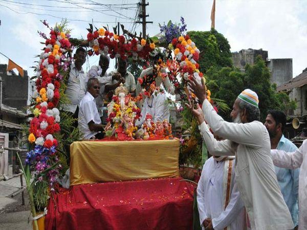जळगाव महानगरपालिकेतर्फे भिलपुरा चौकात उभारण्यात आलेल्या स्वागत मंडपात मुस्लीम बांधवांनी मान्यवरांचे स्वागत केले व विर्सजन मिरवणुकीवर पुष्पवृष्टी केली. - Divya Marathi