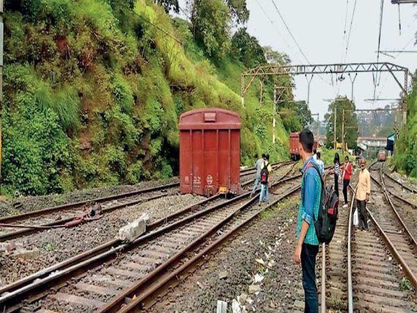 मालगाडीच्या अपघातानंतर रेल्वे प्रशासनाने डबे रुळावरून हटवण्याचे काम हाती घेतले हाेते. - Divya Marathi