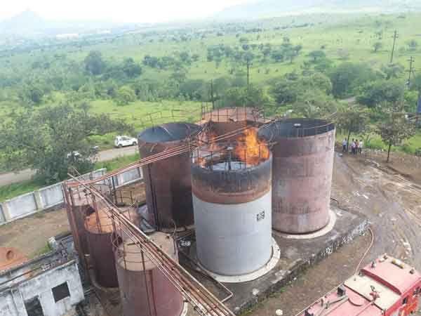 गोंदे औद्योगिक वसाहतीतील कंपनीमध्ये लागलेल्या आगीमुळे दूरवरूनही अशा ज्वाला दिसत होत्या. - Divya Marathi
