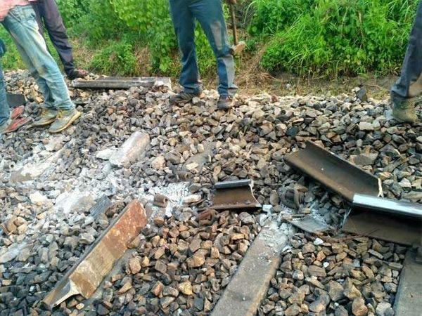 दुर्घटना झाली तिथे रेल्वे रुळांची अशी अवस्था झालेली असल्याचा आढळून आले. - Divya Marathi