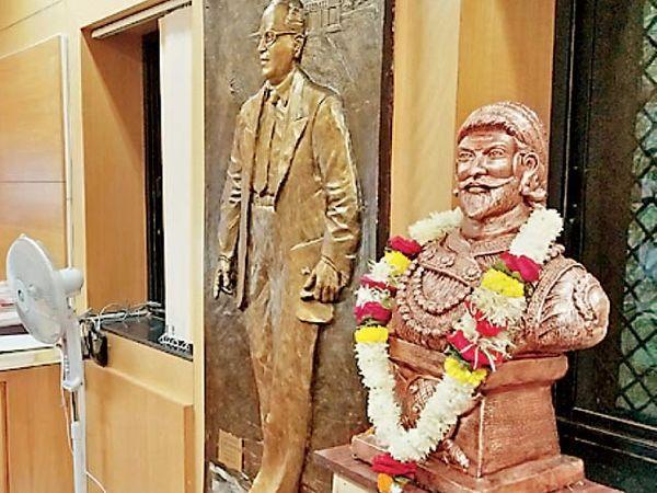रिपाइंने गुरुवारी आंदोलनाचा एक भाग म्हणून कुलगुरुंच्या दालनात शिवरायांचा पुतळा बसवला. - Divya Marathi