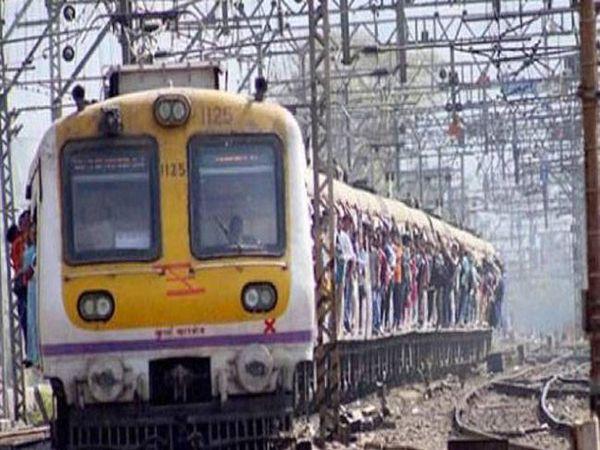 बदलापूरजवळ सिग्नल यंत्रणेत बिघाड झाल्याने कल्याणकडून कर्जतकडे जाणारी रेल्वे वाहतूक रखडली आहे. - Divya Marathi