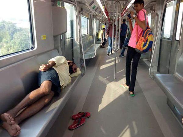 मेट्रोमध्ये विनातिकीट किंवा अधिक प्रवास केल्यास 50 रुपयांचा दंड आणि एका महिन्याचा तुरुंगवास होऊ शकतो. - Divya Marathi