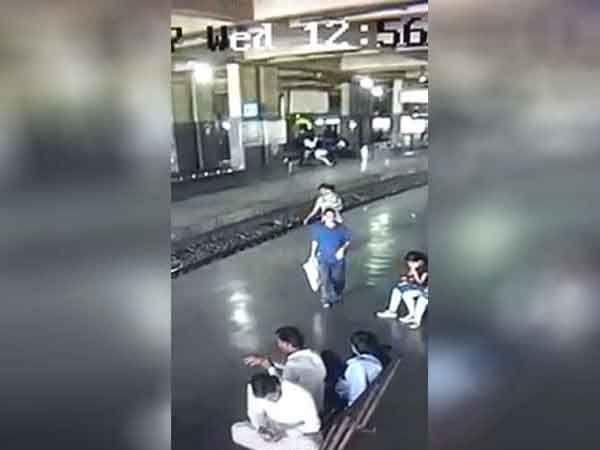 मुलाला घेऊन जाताना एक व्यक्ती सीसीटीव्हीत दिसत आहे. - Divya Marathi