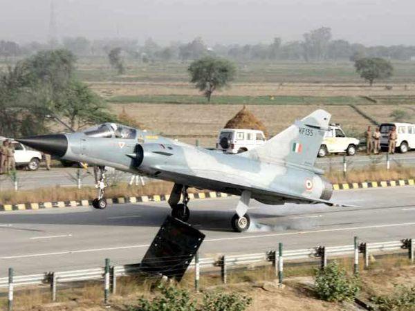 यमुना एक्सप्रेस वे पर फाइटर विमानाचे लँडिंग आणि टेकऑफ झालेले आहे. (संग्रहित फोटो) - Divya Marathi