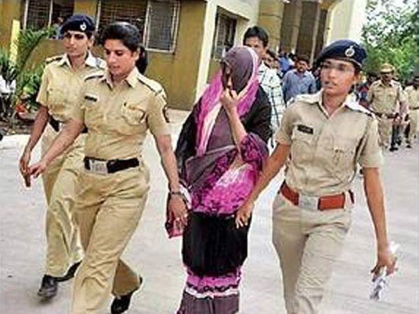 जितेंद्र होळकरची पत्नी भाग्यश्री हिला अटक करताना पोलिस. - Divya Marathi
