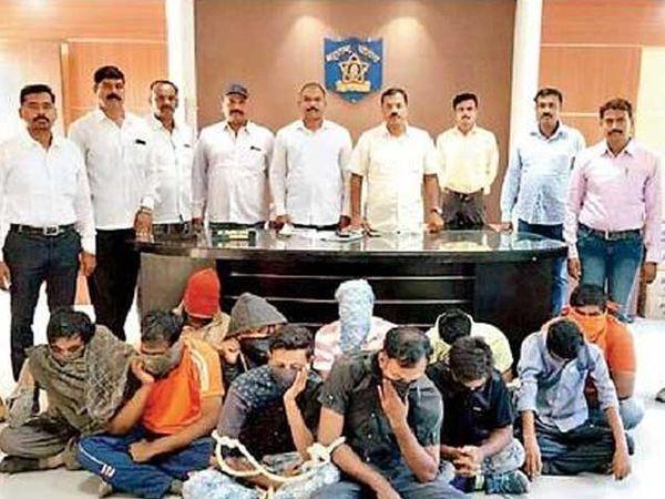 नगर-सोलापूर रस्त्यावरील टोलनाक्यांवर ट्रकचालकांकडून सक्तीची खंडणी वसुली करणाऱ्यांना पकडण्यात आले. - Divya Marathi