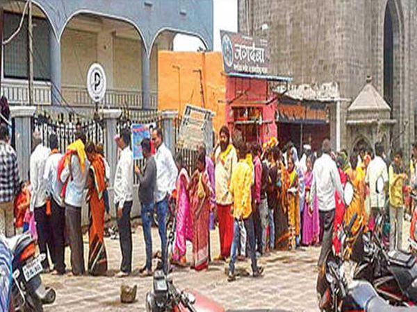 नवीन भक्तनिवाससमोर अॅक्सेस कार्ड घेण्यासाठी भाविकांची रविवारी रांग लागली होती. - Divya Marathi