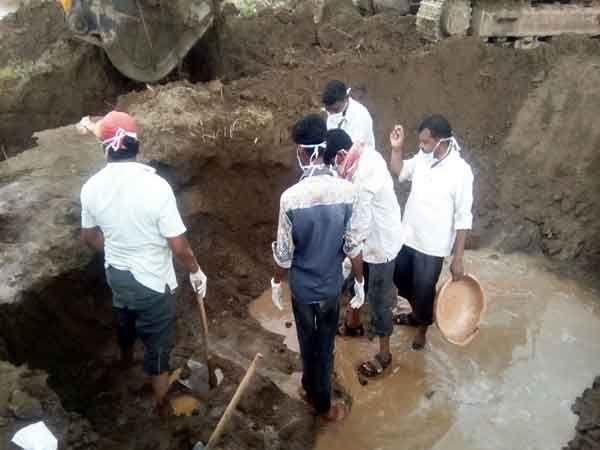 मुलांचा मृतदेह काढताना गावकरी... - Divya Marathi