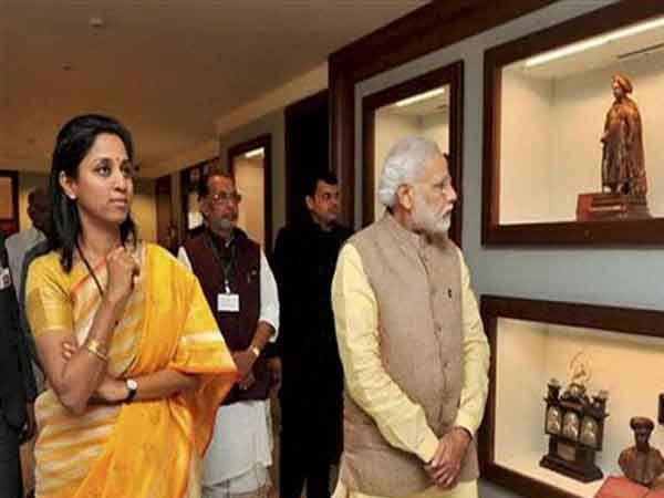2015 साली पंतप्रधान नरेंद्र मोदी बारामतीत आले होते त्यावेळी मोदींना पवारांचे संग्राहलय दाखवताना सुप्रिया.... - Divya Marathi