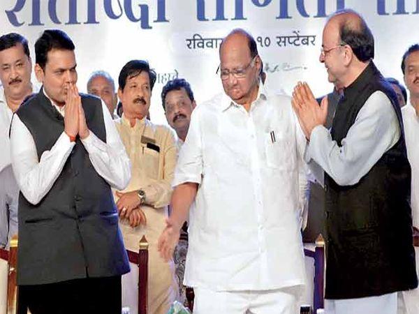 केंद्रीय अर्थमंत्री अरुण जेटली यांचे स्वागत करताना मुख्यमंत्री फडणवीस, शरद पवार. - Divya Marathi