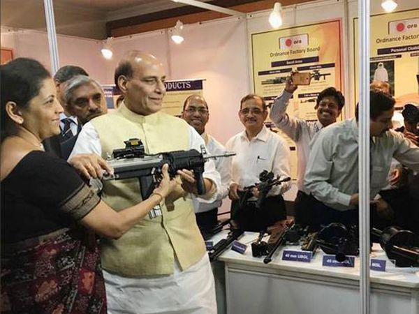 सीतारमण यांनी गुरुवारी संरक्षण मंत्रालयाचा पदभार स्वीकारला. - Divya Marathi