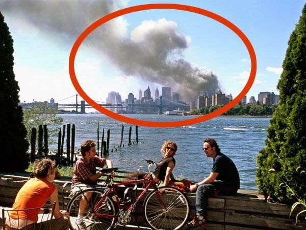 9/11 हल्ल्याच्या दिवशीचा टिपलेला हा फोटो थॉमस होएपकरने 2006 मध्ये प्रकाशित केल्यानंतर मोठा वादंग उभा राहिला होता. - Divya Marathi