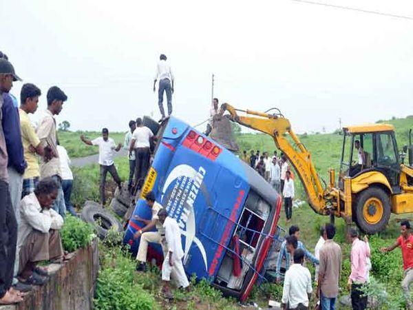 अपघातग्रस्त वाहन. - Divya Marathi