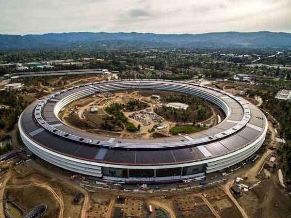 अॅपलचे हे हेड क्वार्टर कॅलिफोर्नियातील क्यूपरटिनोत आहे. - Divya Marathi