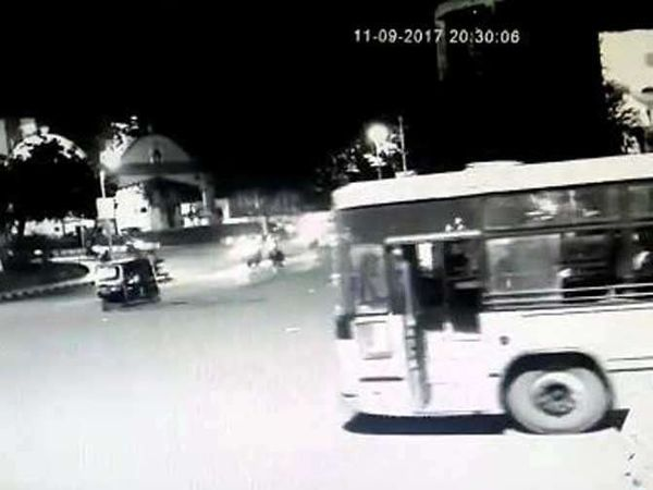 बस थांब्यावरुन निघून चौकात आली. - Divya Marathi